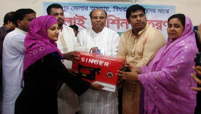 গাজীপুর জেলা পরিষদের সেলাই মেশিন পেলেন ৮৮ জন নারী