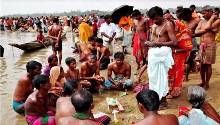 আত্রাইয়ে ঐতিহ্যবাহী বারুনী স্নানে পূণ্যার্থীরা