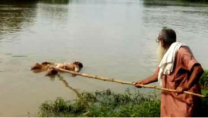 নদীতে ভেঁসে আসা মৃতদেহ উদ্ধার করলো না পুলিশ