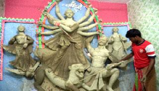 ব্যস্ত সময় পার করছেন আগৈলঝাড়ার প্রতিমা শিল্পীরা