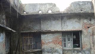 আগৈলঝাড়ায় ঝুঁকিপূর্ণ ভবনে চলছে ৩ দপ্তরের কার্যক্রম