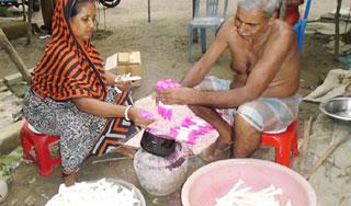 আগৈলঝাড়ায় মোমবাতি-আগরবাতি তৈরিতে ব্যস্ত কারিগররা