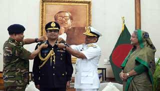 বিমান বাহিনী প্রধানকে এয়ার চীফ মার্শাল ব্যাজ প্রদান