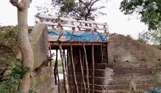 ফেটে যাওয়া পিলারের উপর ব্রিজ নির্মাণে দুর্ঘটনার আশঙ্কা