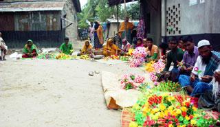 কাগজের ফুল তৈরিতে ব্যস্ত আত্রাইয়ের কারিগররা