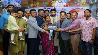ওয়ালটন ডিজিটাল ক্যাম্পেইন : নতুন গাড়ি পেলেন চট্টগ্রামের গৃহবধূ
