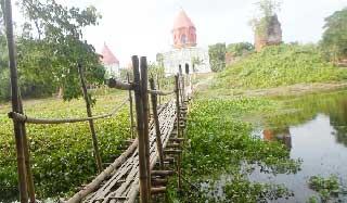 ঝিনাইদহের বেগবতি নদীতে সাকোই একমাত্র ভরসা
