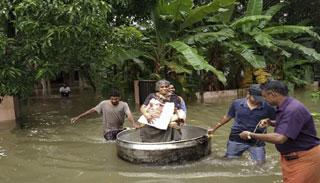 ভয়ংকর বন্যায় থমকে গেছে ভারতের কেরালা