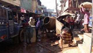 খুলনায় সড়ক দখল করে নির্মাণ সামগ্রী-যত্রতত্র পার্কিং