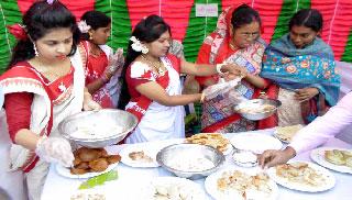 গ্রামীণ খাবারের ঐশ্বর্য চেনাল বিল ডাকাতিয়ার পিঠা উৎসব