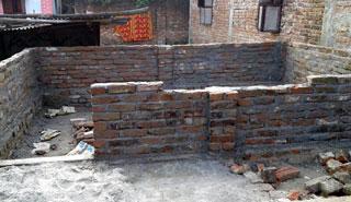 নওগাঁয় আদালতের নিষেধাজ্ঞা উপেক্ষা করে বাড়ি নির্মাণের অভিযোগ