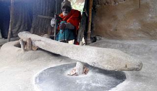 শতবছর পেরিয়েও গতি হল না বৃদ্ধের, ঢেঁকিই সম্বল