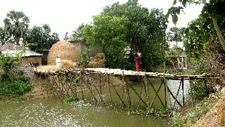 ঝুঁকিপূর্ণ সাঁকোই কয়েক গ্রামের মানুষের সম্বল