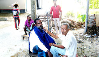 আত্রাইয়ের হাট-বাজারে জৌলুশ নেই নরসুন্দরদের