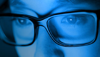 স্মার্টফোনের নীল আলো অন্ধত্ব ত্বরান্বিত করতে পারে