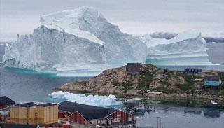 গ্রীনল্যান্ডের গ্রামের দিকে ভেসে আসছে বিশাল আইসবার্গ