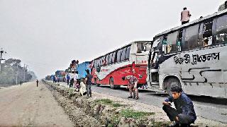 ঢাকা-টাঙ্গাইল মহাসড়কে তীব্র যানজটে যাত্রীদের দূর্ভোগ