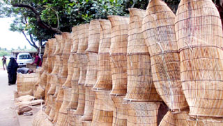 কাঁঠালিয়ায় চাই-বুছনা তৈরিতে ব্যস্ত কারিগর