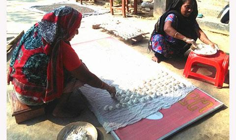 কুমড়োর বড়ি তৈরির প্রতিযোগিতায় কুষ্টিয়ার নারীরা