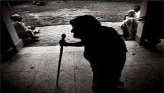 স্ত্রীকে নিয়ে বৃদ্ধা মাকে গাছে বেঁধে রাখল ছেলে!