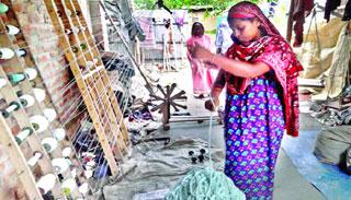 নওগাঁয় ঝুট কাপড় থেকে দড়ি তৈরি করে স্বাবলম্বী অসংখ্য নারী