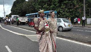 ৩ মাইল লম্বা বিয়ের শাড়ি প্রদর্শন, বিতর্কের মুখে দম্পতি
