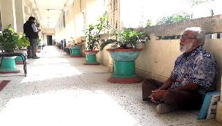 জেলা প্রশাসকের কার্যালয়ে মুক্তিযোদ্ধার অভিনব প্রতিবাদ