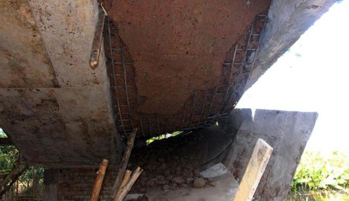 নির্মাণের কয়েকদিনের মধ্যেই ভেঙে পড়লো সিঁড়ি