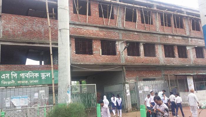 সেফটি নেট ছাড়াই স্কুলের ভবন নির্মাণ : রক্ষা পেলেন তিন অভিভাবক