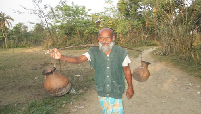 ঝিনাইদহের গ্রামে গ্রামে খেজুর রস সংগ্রহের ধুম