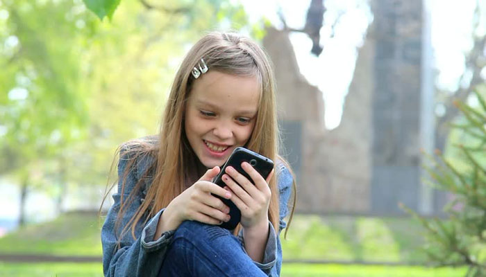 স্মার্টফোন টিনেজারদের বাড়ায় আত্মহত্যার ঝুঁকি: গবেষণা