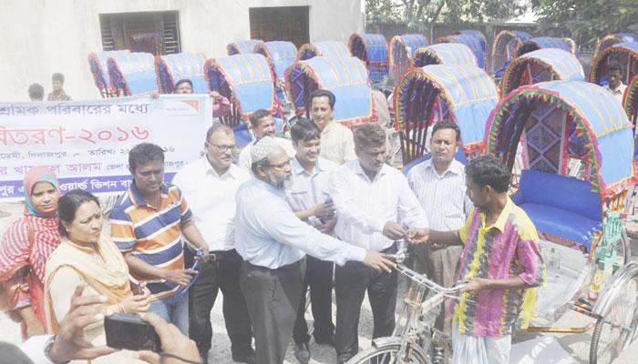 দিনাজপুরে ওয়ার্ল্ড ভিশনের উদ্যোগে দরিদ্রদের মাঝে রিক্সা বিতরণ