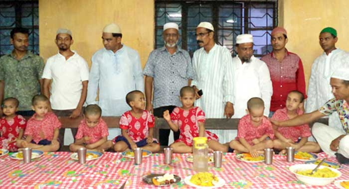 আগৈলঝাড়ায় অনাথ শিশুদের সাথে আশিক আবদুল্লাহর ইফতার