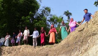 কমলগঞ্জে নদী তীরে মণিপুরী সম্প্রদায়ের মানববন্ধন