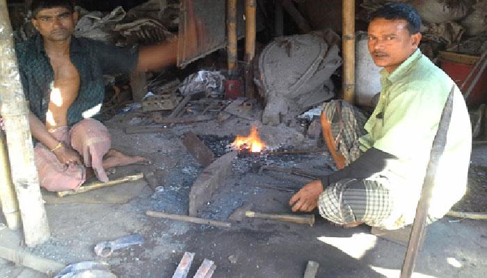 সুনামগঞ্জে হারিয়ে যাচ্ছে কামার শিল্প