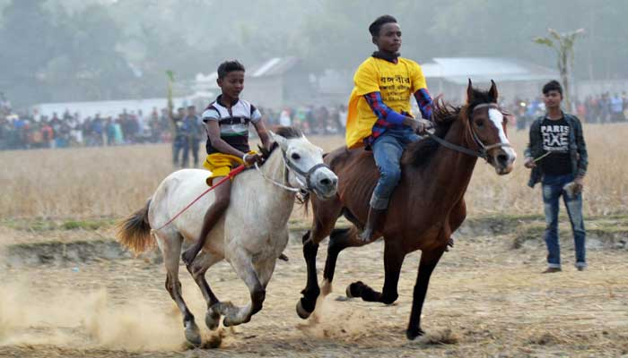 কমলগঞ্জে গ্রাম বাংলার ঐতিহ্যবাহী ঘোড়দৌড় প্রতিযোগিতা