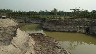 শাজাহানপুরে ডোবা নালায় পরিণত হচ্ছে কৃষি জমি