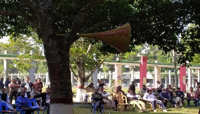 মাইক বাজিয়ে কর্মচারীদের আন্দোলন : শিক্ষা কার্যক্রম বিঘ্নিত