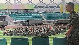হংকং সীমান্তের কাছে চীনা সেনাবাহিনীর কুচকাওয়াজ