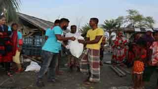 সাতক্ষীরায় ত্রাণ পৌঁছে দিল গাজীপুরের একঝাঁক তরুণ