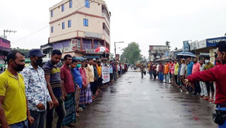 অনুদানের দাবিতে কমলগঞ্জে ট্রাক-লরি শ্রমিকদের মানববন্ধন