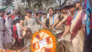 শহীদ মিনারে কলকাতা থেকে আসা বাঙালিরা