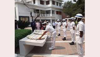 বঙ্গবন্ধুর সমাধিতে শ্রদ্ধা জানালেন ভারতীয় নৌবাহিনী প্রতিনিধিরা