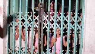নারায়ণগঞ্জে 'চাঁদার দাবিতে' ১৭ পরিবার ১৩ ঘণ্টা অবরুদ্ধ