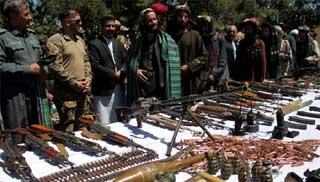 আফগানিস্তানে অস্ত্রসহ ১৩০ তালেবান যোদ্ধার আত্মসমর্পণ