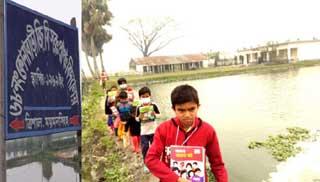বিদ্যালয়ের চারিদিকে পুকুর, ঝুঁকিতে শিক্ষার্থীরা