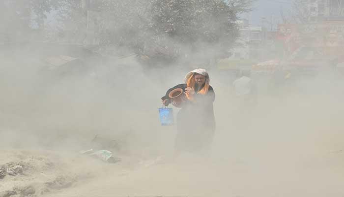বায়ুদূষণে ফের শীর্ষে ঢাকা : স্বাস্থ্যঝুঁকিতে বাসিন্দারা