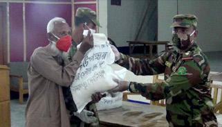 ঠাকুরগাঁওয়ে কর্মহীনদের মাঝে সেনাবাহিনীর ঈদ-উপহার