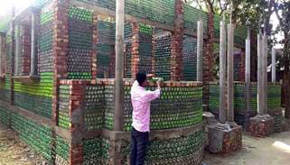 কুমিল্লায় পরিত্যক্ত প্লাস্টিকের বোতলে বাড়ি নির্মাণ