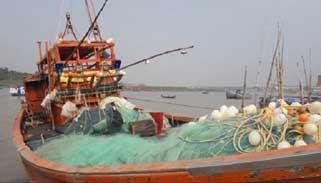 বাংলাদেশের জলসীমায় মাছ ধরতে আসা ভারতের ১৭ জেলে আটক